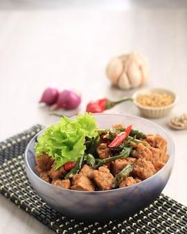 Tempe orek lub tempeh smażony w mieszance, tradycyjna kuchnia indonezyjska z tempeh z dodatkiem sosu sojowego lub cukru palmowego. czasami dodaj chili, aby było pikantne