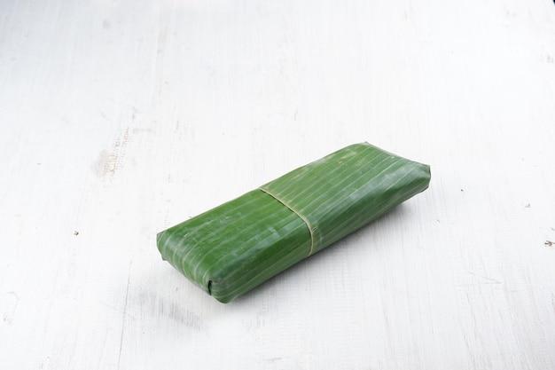 Tempeh indonezyjska tradycyjna żywność z fermentowanych ziaren soi i zwykle zawijana w liście bananowca