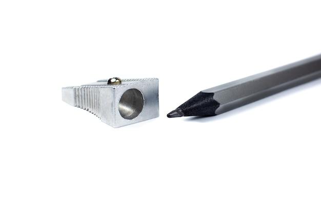 Temperówka i szary ołówek na białym tle. zamknij się zdjęcie.