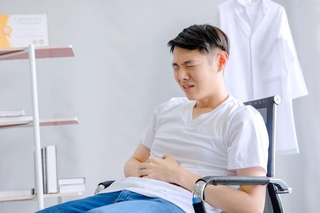 Ten lekarz miał silny ból brzucha