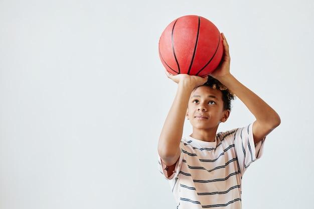Tenage boy grający w koszykówkę