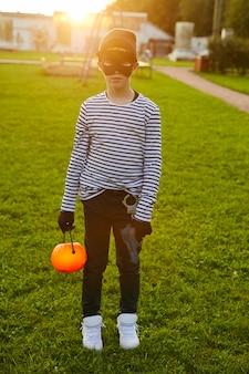Tenage boy na sobie kostium halloween na zewnątrz