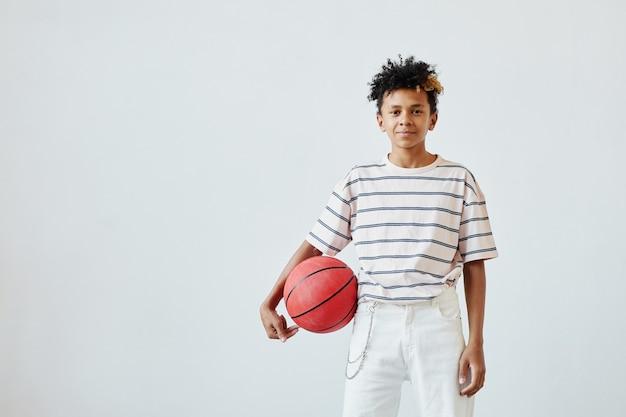 Tenage boy trzymający koszykówkę