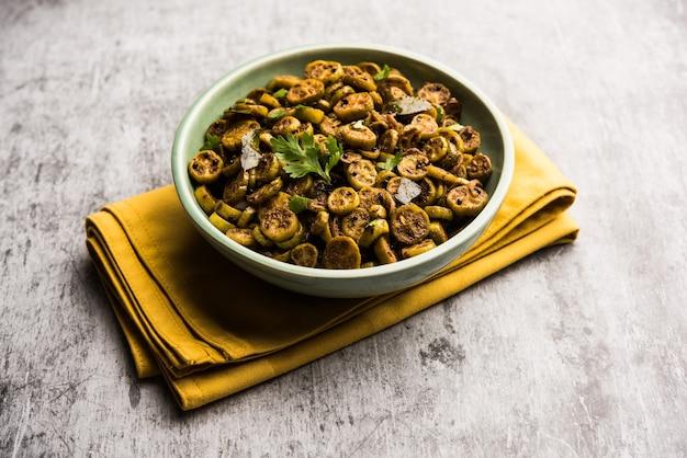 Tendli lub kundroo sabzi lub kovakkai poriyal znany również jako tykwa z bluszczu, podawany w misce lub karahi. selektywne skupienie