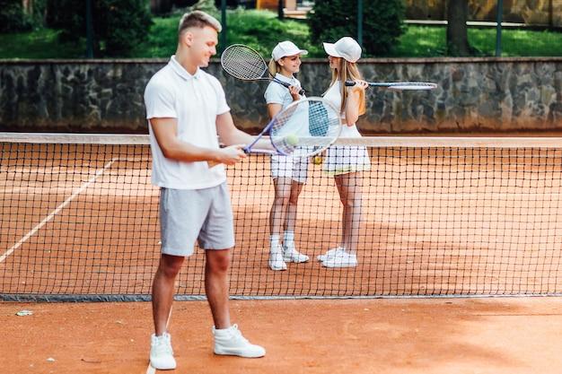 Tenisista. zdjęcie profilowe młody szczęśliwy człowiek w sportowej, grając w tenisa, czekając na służbę.