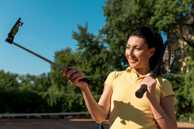 Tenisistka z jej rakietą