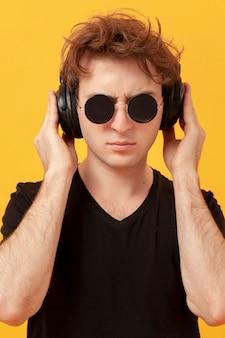 Tennage chłopiec ze słuchawkami