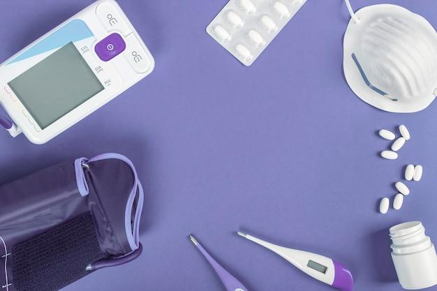 Tensjometr, termometry, maska sanitarna i tabletki do pielęgnacji chorego