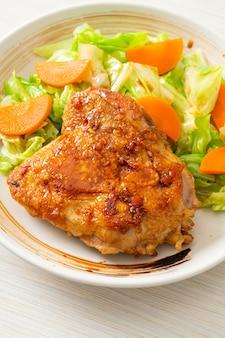 Teppanyaki teriyaki stek z kurczaka z kapustą i marchewką