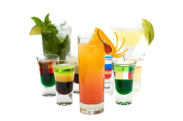 Tequila sunrise cocktail na niewyraźnej kolekcji cocktails