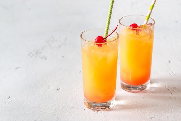 Tequila sunrise koktajle