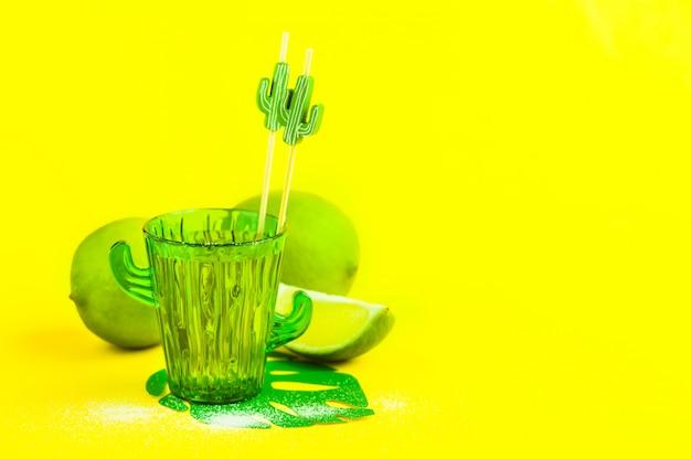 Tequila w szklance kaktusa z limonkami