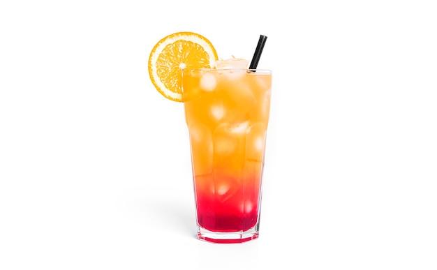 Tequila wschód słońca koktajl na białym tle.