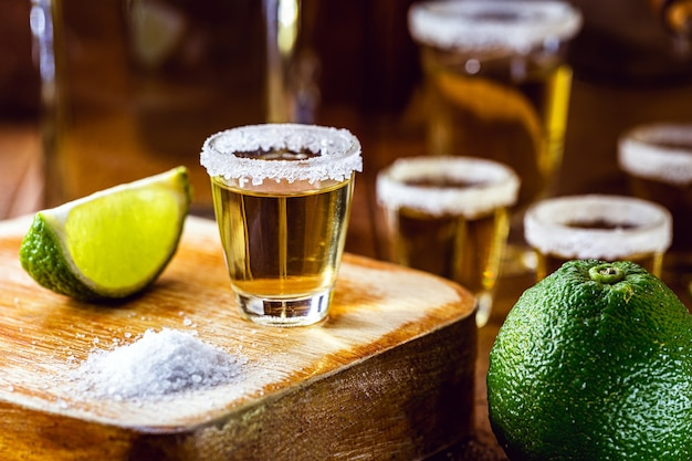 Tequila z cytryną i solą morską na drewnianej powierzchni, wybrane skupienie
