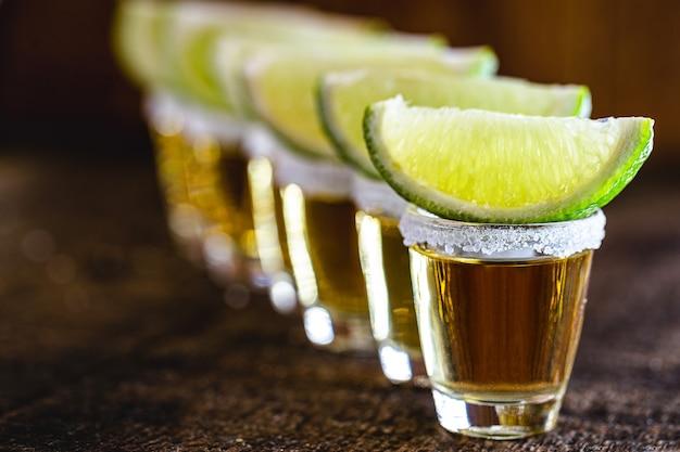 Tequila z cytryną i solą na drewnie, typowy meksykański napój