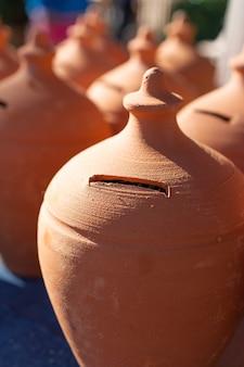 Terakotowy pieniądze oszczędzania pudełko lub prosiątko bank, selekcyjna ostrość