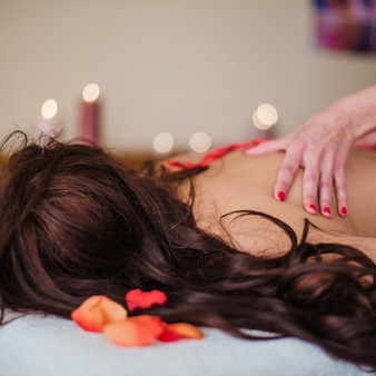 Terapeuta masażu relaksujący klienta