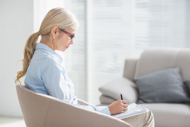 Terapeuta pisze notatki