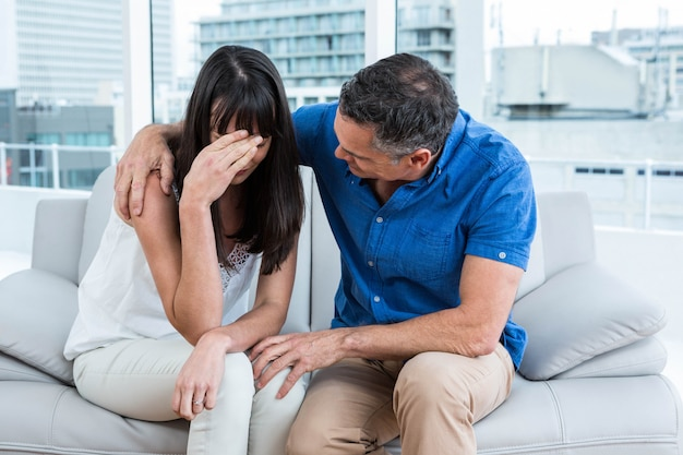 Terapeuta pociesza kobietę w klinice