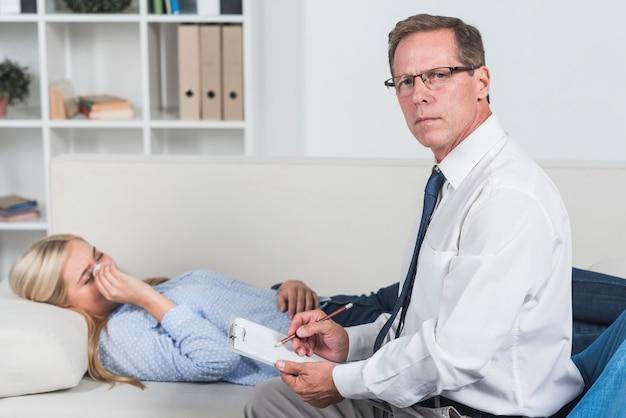 Terapeuta z płaczącym pacjentem