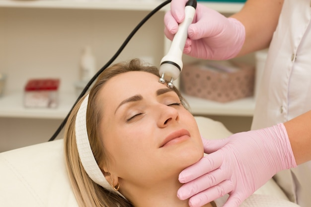 Terapia mikroprądowa lifting twarzy mikroprądy