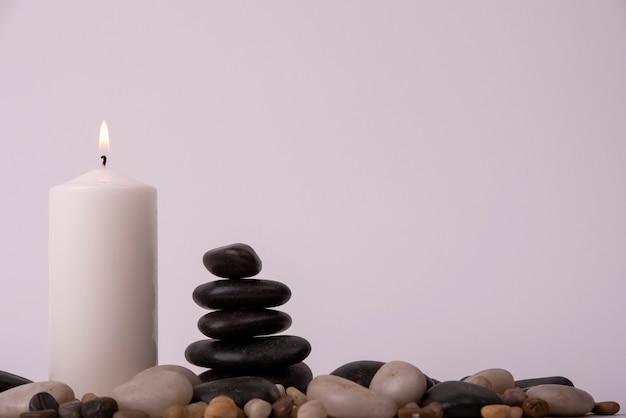 Terapia relaksacyjna ze świecą między kamieniami