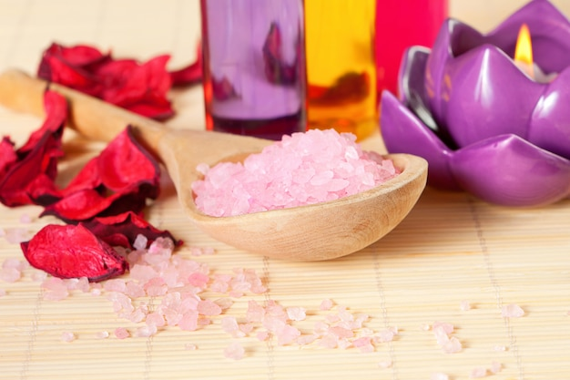 Terapia spa: sól morska, świeca, żel pod prysznic