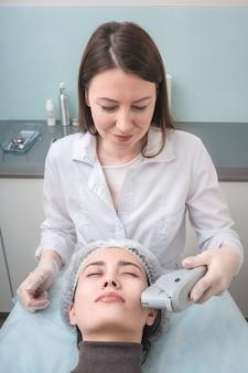 Terapia ultradźwiękami. podnoszenie smasów. procedura pielęgnacji skóry. przemysł kosmetyczny.