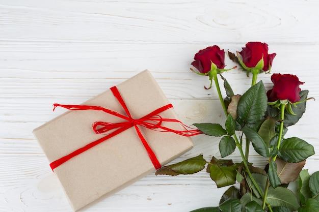 Teraźniejszość pudełko blisko świeżych kwiatów