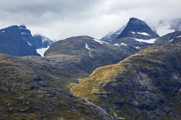 Teren górzysty w norwegii. park narodowy jotunheimen