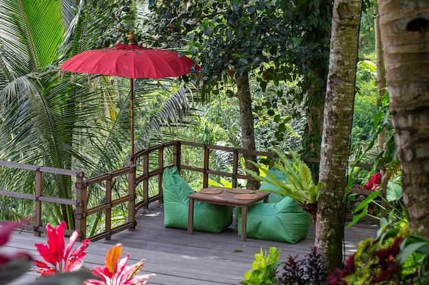 Teren rekreacyjny i zielone liście palm na wyspie bali w indonezji