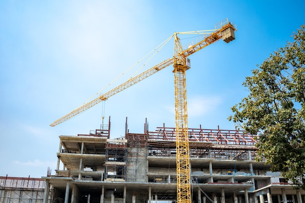 Teren w budowie, duży budynek z żółtym dźwigiem
