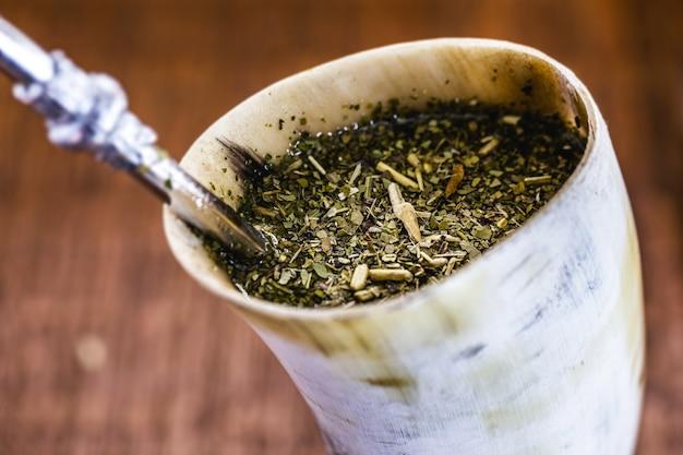 Terere, typowy dla ameryki południowej napój yerba mate, podawany w rogach atersanal