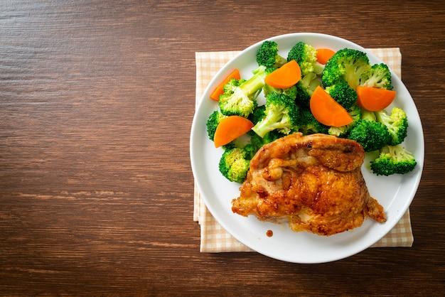 Teriyaki stek z kurczaka z brokułami i marchewką