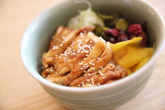 Teriyaki z kurczaka na japońskim jedzeniu ryżowym