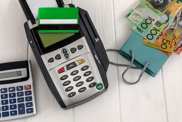 Terminal bankowy z kartą kredytową i dolarami australijskimi