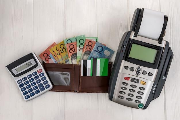 Terminal bankowy z portfelem i dolarami australijskimi