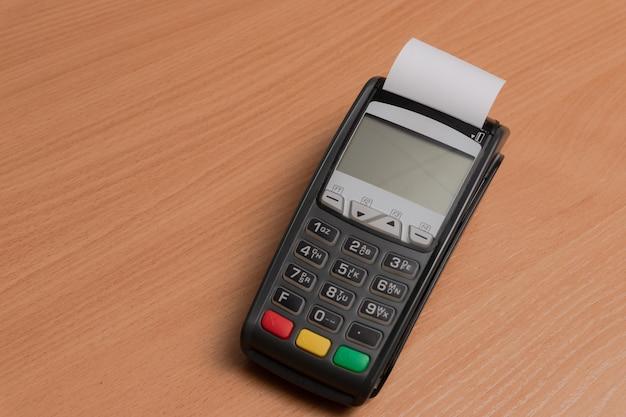 Terminal do płacenia za zakupy w sklepie za pomocą kart bankowych lub nfc
