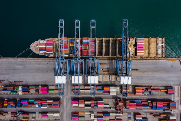 Terminal dokowy kontenerów i widok z lotu ptaka załadunek kontenera morskiego