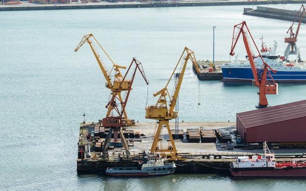 Terminal kontenerowy z dźwigami w porcie handlowym w mieście gijon w hiszpanii.