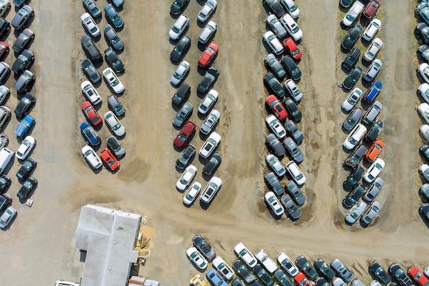 Terminal na placu aukcyjnym na samochód rozłożony w rzędach i zaparkowane używane samochody