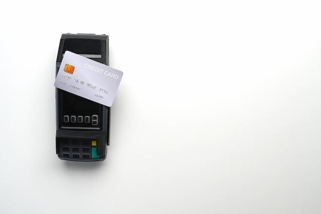 Terminal płatniczy i karta kredytowa na białym tle. kopiuj miejsce na montaż wyświetlacza produktów.