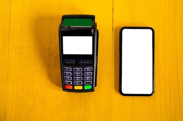 Terminal płatniczy i smartfon