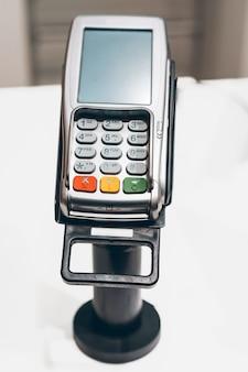Terminal płatniczy kartą kredytową w sklepie