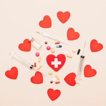 Termometr i leki w pobliżu serca