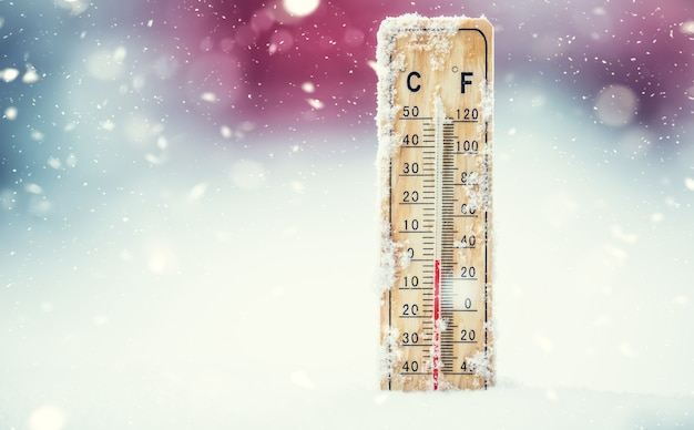 Termometr na śniegu pokazuje niskie temperatury w stopniach celsjusza lub farenheita.