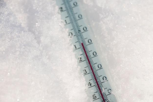 Termometr na śniegu pokazuje niskie temperatury