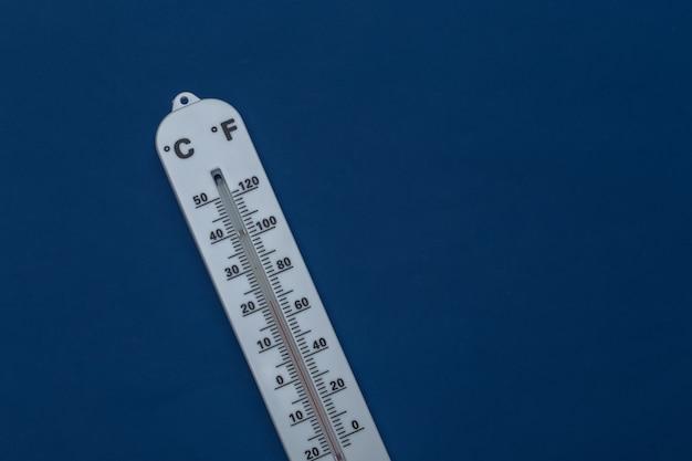 Termometr pogodowy na klasycznym niebieskim tle. kolor 2020. widok końcówki