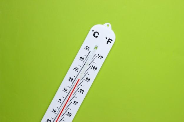 Termometr pogodowy na zielono. kontrola klimatu.