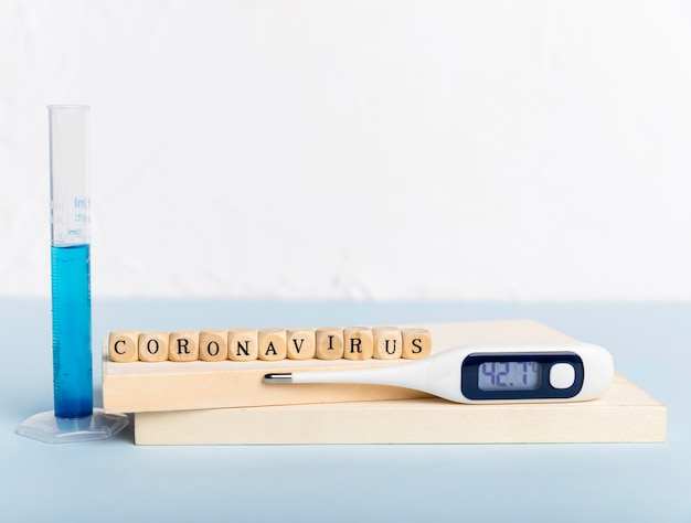 Termometr z koncepcją koronawirusa